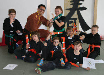 Das Kung Fu Team freut sich über die neuen orange-grün und grün-blau Träger.
